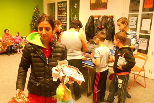 100 gyermek karácsonya ajándékosztás